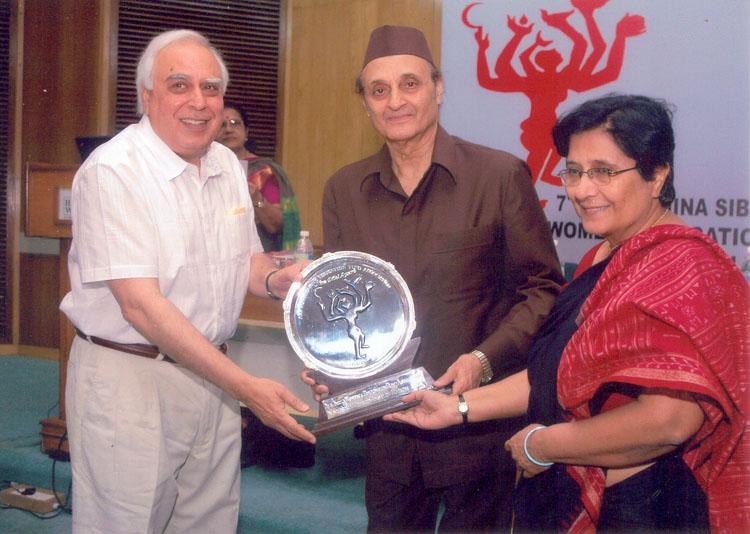 Dr. Asha Hans receiving the 7th Nina Sibal Award from Dr. Karan Singh