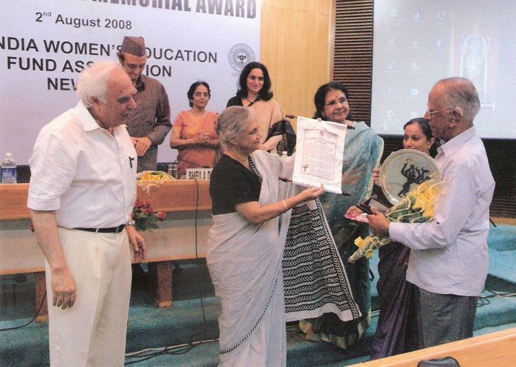 Dr. N. Krishnaswamy receiving the 6th Nina Sibal Award from Smt. Sheila Dixit