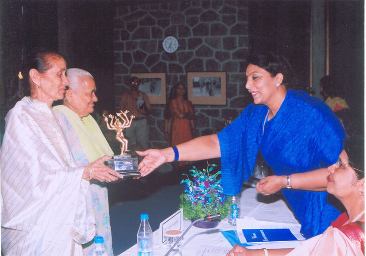 Smt. Satya Rani Chaddha & Smt. Shah-Jahan Appa receiving the 4th Stree Ratna Award from Smt. Renuka Choudhury