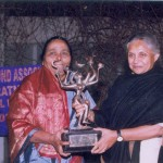 Smt. Seema Sakhare receiving the 2nd Stree Ratna Award from Smt. Sheila Dixit