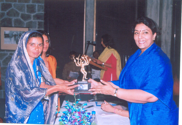 Smt. Suvidha Yadav receiving the 5th Stree Ratna Award from Smt. Renuka Choudhury