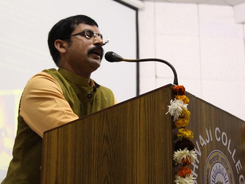 "Chief Guest Shri. Sreedhar Reddy speaking at the workshop on"" Promoting Intergenerational Bonding"" at Shivjaji College -2017"